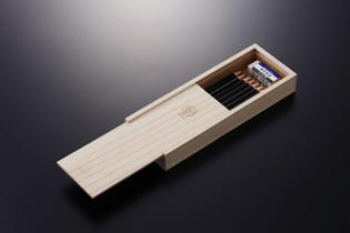 懐かしさを感じさせる、桐の筆箱。